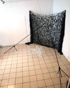 bois flotté installation florence giroud 2011 arcanum with love camouflage militaire assiettes cassées
